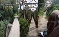 Viral Pengendara Motor Wanita Lewati Jembatan Curam