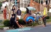Viral Tukang Becak Guling-guling di Jalan